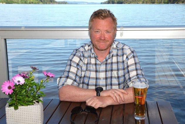 HERLIG: – Jeg er førstemann som kommer hit til Båtkafeen for lunsj med kollegene på Flexit. Snakk om å være heldige med været på den herlige Båtkafeen, forteller Glenn Augustsson mens han nyter en øl ved sitt bord rett ved vannet.