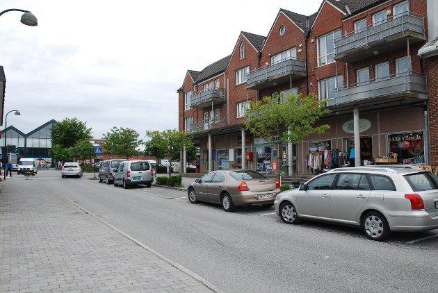 Sola kommune foreslår tidsbegresninger på gateparkering i sentrum og snart kommer parkeringsvakter for å håndheve reglene.