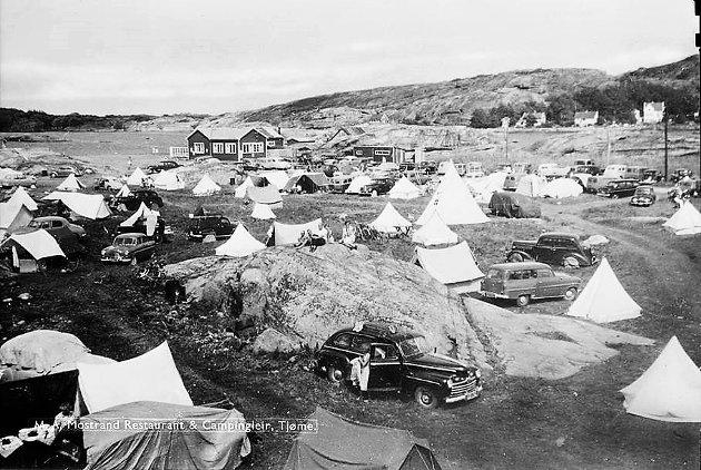 GAMLE DAGER: Opplevelsen av naturen rundt Mostranda kan selvfølgelig formørkes av ergrelsen over at tiden ikke har stått stille, skriver Einar Husabø i dette svaret til Margrete B. Friis. Bildet viser campingplassen slik den fortonte seg tidlig på 1950-tallet, da små telt dominerte.