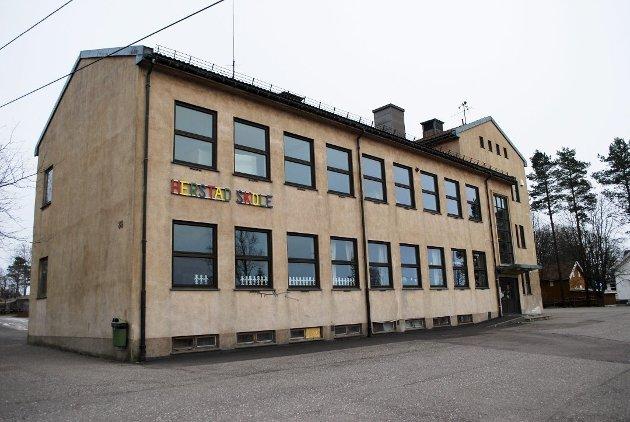 - DÅRLIG STED: Tomten til snart nedlagte Herstad skole egner seg dårlig til barnehage der den ligger kloss inntil den tungt trafikerte Kirkeveien, mener foreldrene ved Labakken barnehage.