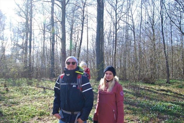 Dag Fredrik Westnes, Sophia i bæremeis og Madelen Ambro bor rett i nærheten av skogen og liker å gå turer her.