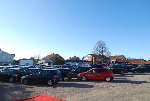 Allerede 15 min før konsertstart var det 135 biler på Tolvrød torv.