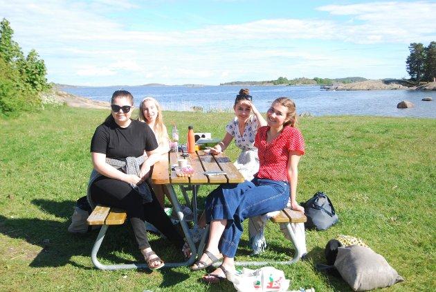 GRILL: De fire venninnene Sara Bollerød (19), Charlene Atkins (19), Ulrikke Gotuholdt (20) og Henrikke Bülow-Kristiansen (20) koste seg i det fine været med grill på Fjærholmen