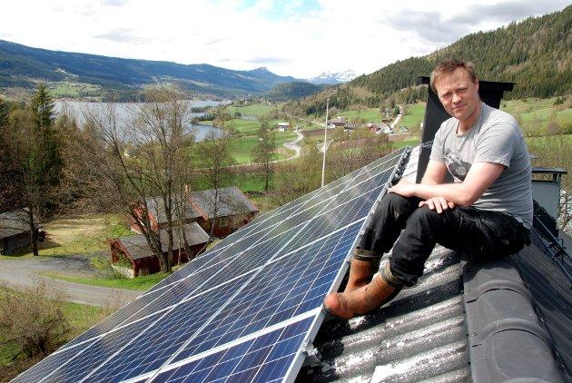 Godt energibidrag: Frode Rolandsgard har god erfaring med solcellepanela han har montert på taket, og som produserer om lag 6000 kilowattimar (kWh) i året.