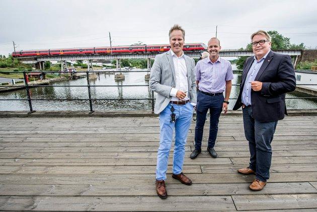 Fredrikstad-ordfører Jon-Ivar Nygård (til venstre) , Sarpsborg-ordfører Sindre Martinsen-Evje (midten) og stortingspolitiker Sverre Myrli (alle fra Ap) på Rolvsøysund bru.