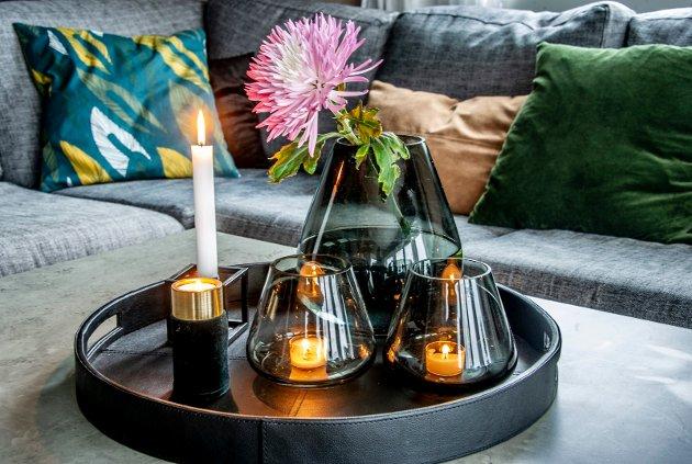 På bordet i stua liker Elin å pynte med lys og vaser. Vasene på bordet er Halvor Bakkes «Rocks» for Magnor.
