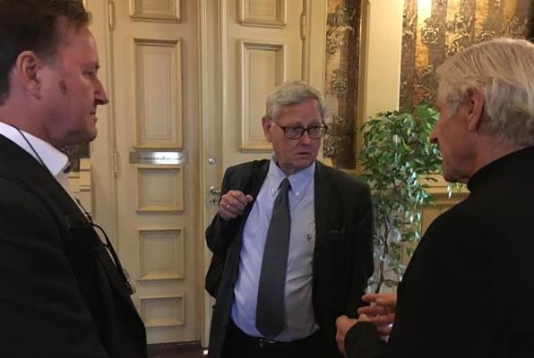 Setterådmann Nils Holm (i midten) sammen med granskningsleder Per Arne Damm (til venstre) MDGs Henning Aall.