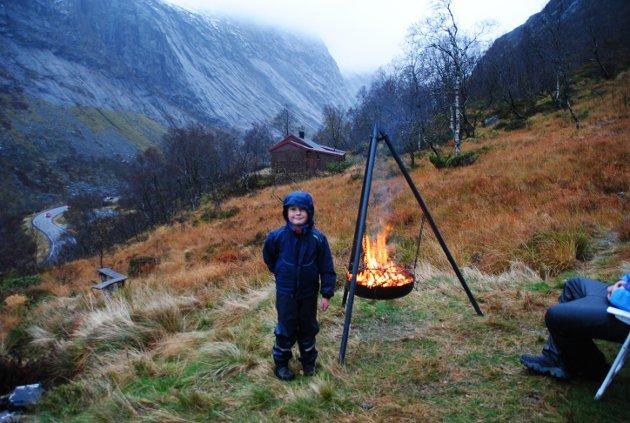 Eirik (6) var med på vardebrenning mot vindkraft.