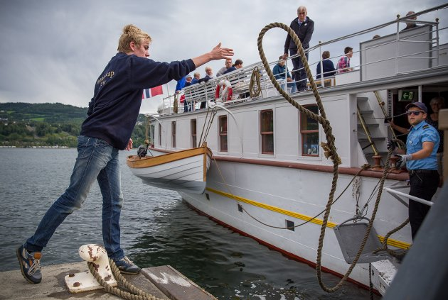 Hjelpende hånd: Hver gang Skibladner ankommer Lillehammer i sommer, står Markus Roland (16) klar for å ta imot «Mjøsas hvite svane». Ved avgang hiver han tauet over til mannskapet på båten.