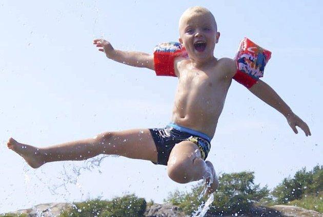 HAV OG HIMMEL KINN MOT KINN: Kristoffer koser seg på hytta m familien sin. Foto: Camilla Bach Andersen