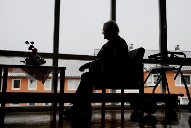 Gammel kvinne sitter på en stol og ser ut av vinduet. Alderdom. Tiden går. Tiden flyr. Årene går. Bli gammel. Eldes. På sykehjem. Gamlehjem. Tenker. Undrer. Savn. Savner. Ensom. Trist.  Senior woman is sitting on a chair looking out of the window. Foto: Frank May / NTB scanpix NB! MODELLKLARERT