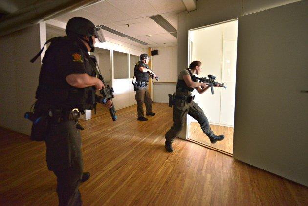 PLIVO-øvelse (pågående livstruende vold) i Kongsberg Teknologipark) Politi som ikke har fullt verneutstyr er studenter