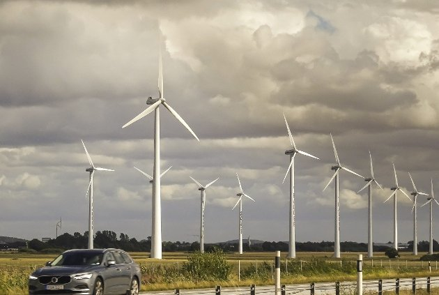 Overalt, men ikke i Norge: Vindkraften utnyttes i stor grad i mange land, bildet er tatt syd i Sverige. foto: Espen vinje