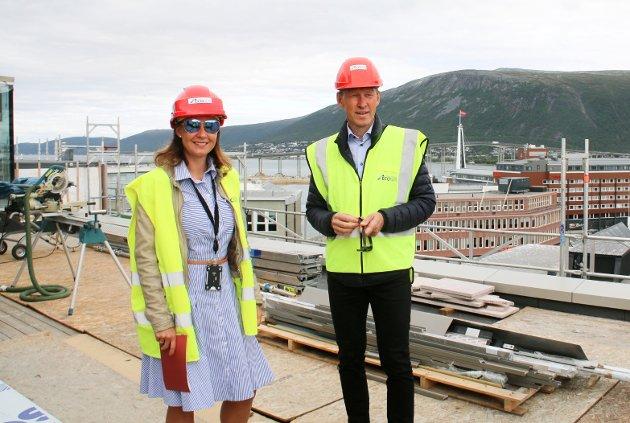STOLTE: Kvartalsjef Mona Løbach Willumsen og Byggherre i Sparebank 1 Nord-Norge Bjørn Kristiansen er stolte og spente over å snart kunne åpne opp Rødbankkvartalet for Tromsøs innbyggere.