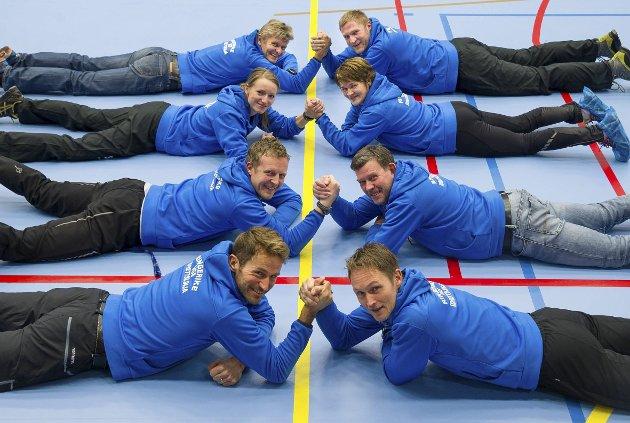 Idrettslinjas lærer på plass i nye Hønefoss Arena. Lokale lærere står nå sammen om å bevare det lokale skoletilbudet.