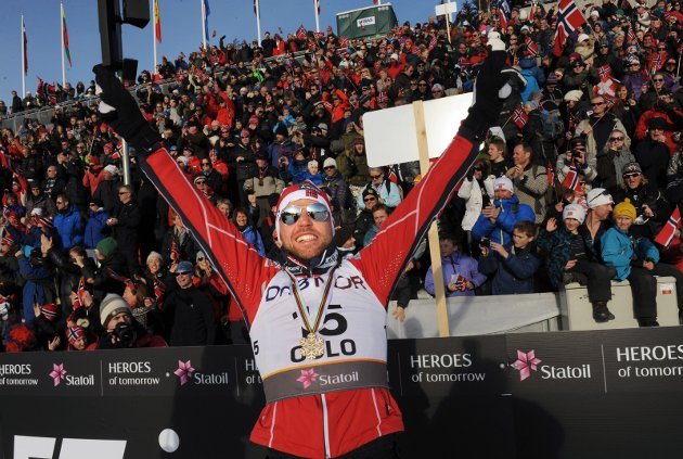 Tord Asle Gjerdalen hylles etter bronse på 50 km. (Foto: Terje Pedersen, ANB)