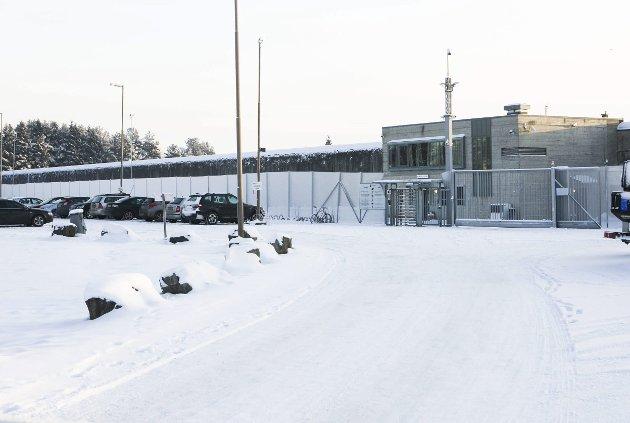 PROTESTERER: Innsatte ved Ullersmo fengsel protesterer mot støy – blant annet fra toglinja og E6 (se innfelt oversiktsbilde). FOTO: LISBETH LUND ANDRESEN