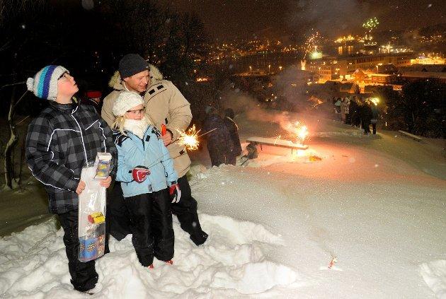 Pia, Mats og Petter Haavik fyrer opp raketter i Preståsen på nyttårsaften og ønsket 2010 velkommen.
