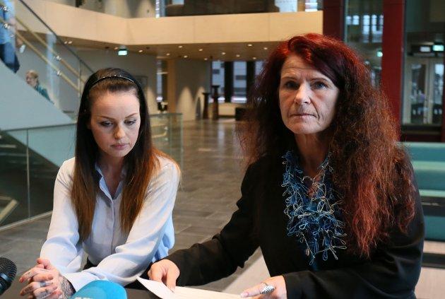 LYTTER:  Ellen Karin Moen skriver at selv om FNB ikke er like ofte i mediene, er partiet ikke borte fra velgerne sine. Her er Moen fotografert med partifelle Alexandra Eva Lind ved en tidligere anledning.
