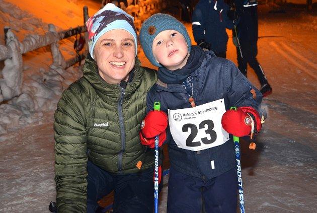 SPENT: – Dette er første gang jeg går skirenn, så dette blir spennende, sier Martin Øhrberg mens mamma Synne Schou smiler bredt.