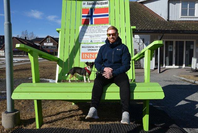 FIN PLASS: – Dette er en fin plass å sitte og vente, sier en blid og avslappet Anders Engebråten med hunden Molly ved sin side i kjempekrakken ved Tebo-senteret.
