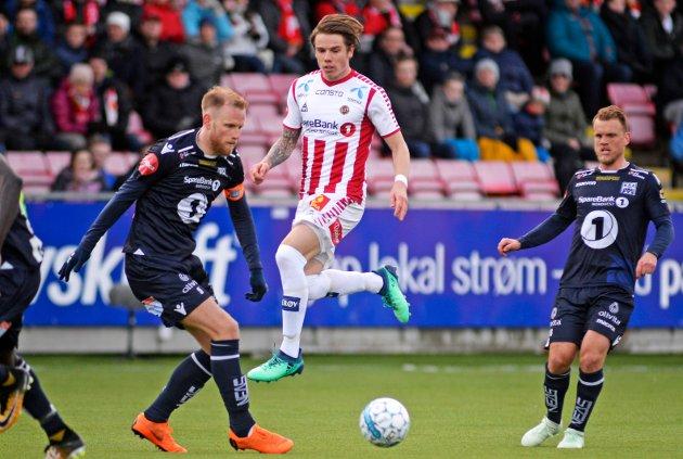 Tromsøs Robert Taylor i duell med Kristiansunds Dan Peter Ulvestad i eliteseriekampen Tromsø-Kristiansund på Alfheim Stadion.
