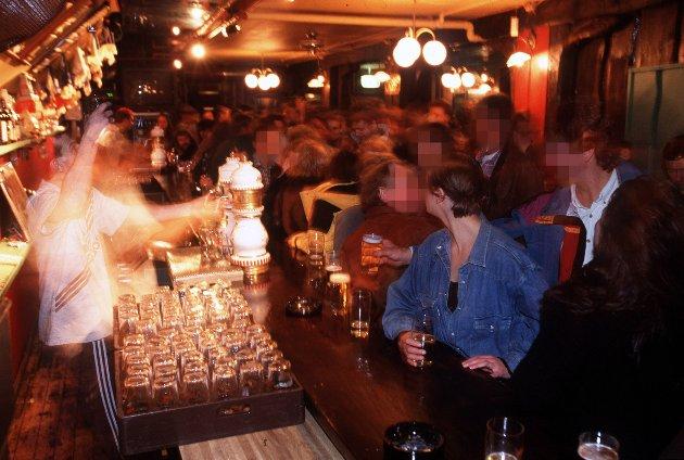 Uteliv, pub med masse mennesker, ølservering. Arkivfoto