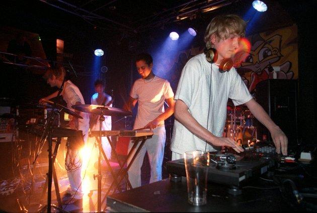Dette bildet, av Röyksopp og Bjørn Torske, er fra Den Elleville Festen på tampen av 90-tallet, på Kvarteret.