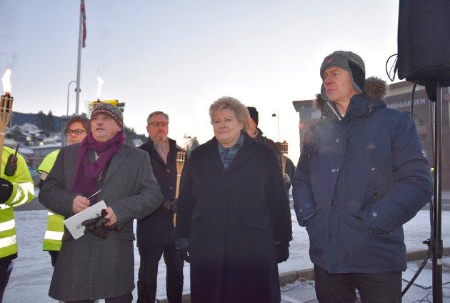 Fylkesordfører Roger Rydberg, statsminister Erna Solberg og ordfører Ståle Versland i Modum før minnemarkeringen i Åmot startet.
