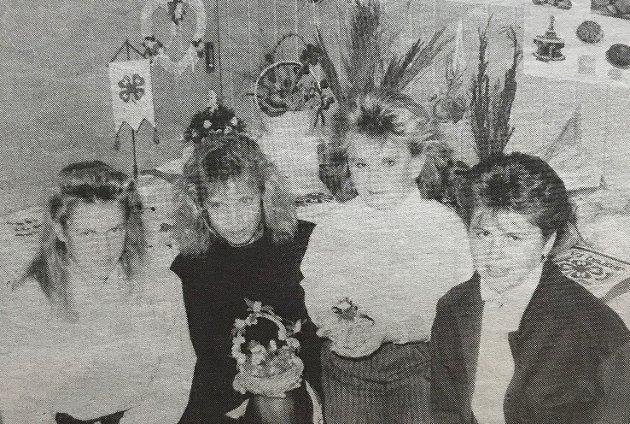 Blåveisen 4H på Sysle hadde i starten av oktober 1989 høstfest med medlemmenes utstillinger. Her ser vi to krydderbindere i midten, Lene Bottolfs (t.v.) og Marianne Hovde Nilsen flankert av de to lederne i Blåveisen 4H, Kristine Aamodt (t.v.) og Hanne Tuft.