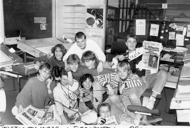 Denne gjengen var telefonseljarar under ein kampanje for Firdaposten i 1991. Dei selde heile 485 nye abonnement. Her ser du mellom andre Sten Ingve Hellevang og Dag Wollebæk.