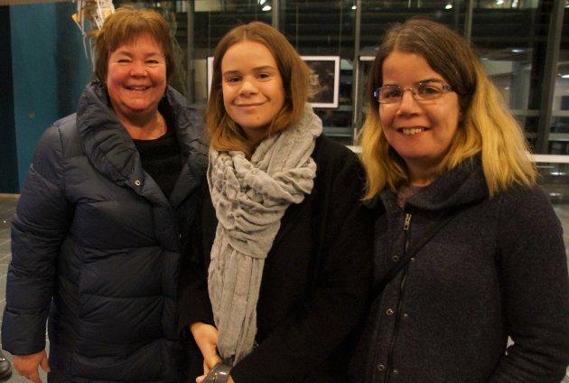 MØTTE TANTE: Beate Olimb Hval fra Gran møtte niesene Ingvild (i midten) og Silje Olimb fra Jevnaker på damekveld i Hadeland kultursal.