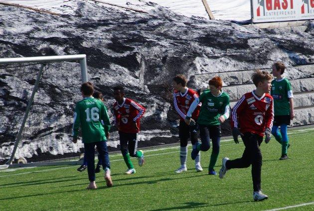 ENDELIG SESONG: Det er mange som har ventet på å komme i gang med sesongen. Her spiller Lunner mot Roterud.