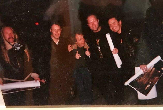 GUTTA PÅ TUR: Ole Schøn (t.v.), Tommy Berg, AC/DC-gitarist Angus Young, Roar Kristiansen og Øyvind Diseth i Globen 5. november 2000.