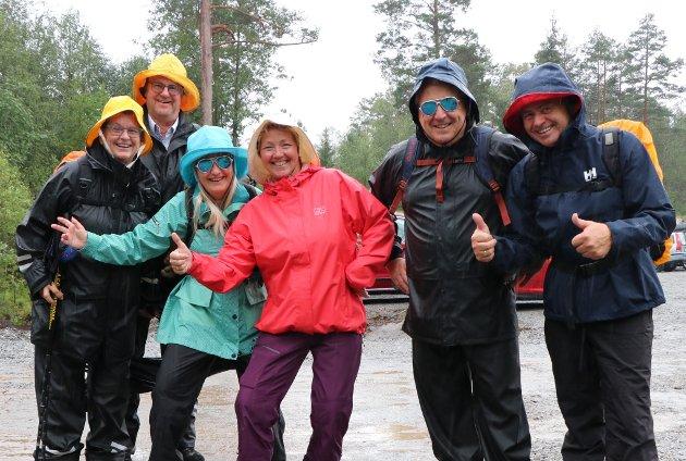 OPTIMISTER: Noen i denne glade gjengen hadde til og med solbriller på, i øsregn. Rakstingen Finn Sverstad (nummer to fra høyre) hadde invitert dem med fra Langhus; Unn Elise Saltvik, Morten Nonsdal, Solveig Audestad og Bente S. hammerstrøm.