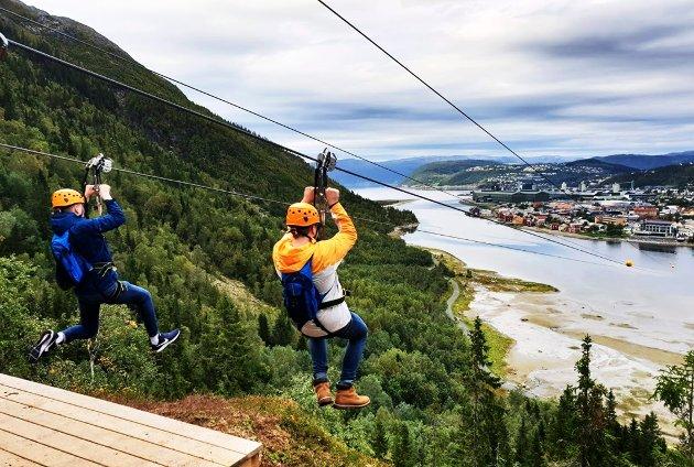 I Helgetanker tar prosjektleder Caroline Moen Eide til ordet for at Helgeland skal bli flinkere å ta vare på sine innflyttere. Bilde viser en hyggelig fritidsaktivitet i Mosjøen, som er zipline over Vefsna.