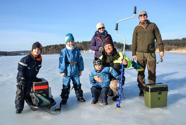 Det ble ikke noe fisk. I stedet gledet de seg til pølse rundt bålet. Fra venstre: Szymon (8), Jakob (6), Bruno (3), Agata Adamczewska (45), Tomas Adamski (40) og Sylvester Adamski (47).