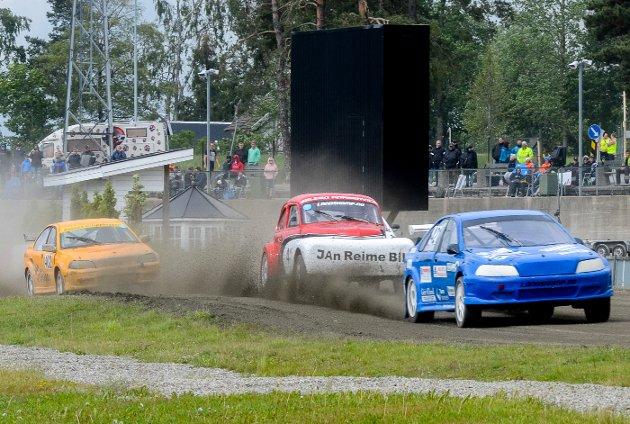 I FRONT: Robin Rørvik fra Ørje (i blå bil) vant rallycrossklassen i sin Volvo S40, kjøpt av tidligere fører Ola Frøshaug fra Trøstad.