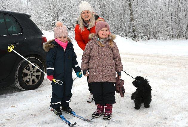 VELDIG FORNØYD: – Det er helt fantastisk av rektor Terje Fredriksen å islegge skøytebanen på Korsgård, forteller Isabell Christoffersen som hadde med seg datteren Emma Czwartek (t.v.) og Eira Skjolden for dels å gå på ski og dels på skøyter denne vintersøndagen.