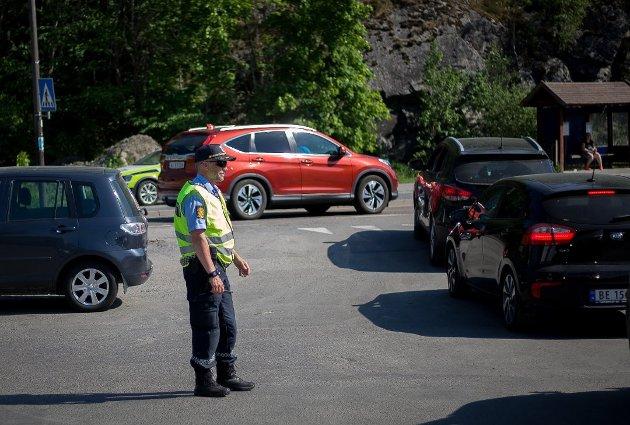 MÅTTE RYKKE UT: PÅ det verste har politiet måtte gripe inn og dirigere trafikken fra Nesset inn til Breivoll.