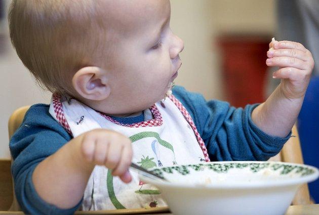 Maten barna får servert burde være en del av den ordinære betalingen for barnehagen, mener innsenderen.