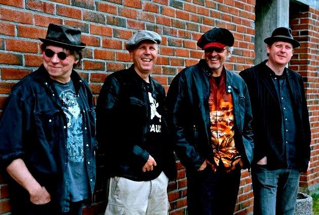 LEVERER: Berdon Kirksæther (nummer tre f.v.) og hans kamerater i The Twang Bar Kings leverer varene på sitt siste album.