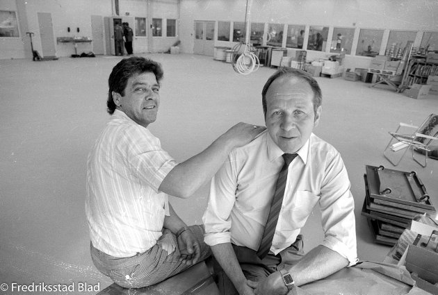 FLYTTET INN: Møklegaard's Trykkeri A/S flyttet i 1986 inn i nye lokaler ved brohodet på Østsiden. Disponent Leif Møklegaard (til venstre) og faktor Bjørn Tindlund i trykkehallen rett før innflyttingen.