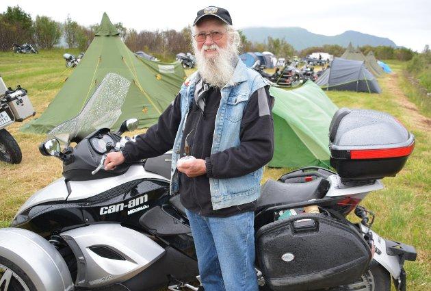 89 åringen Magne Lockert kjører trehjuls motorsykkel, og stortrives i MC miljøet.