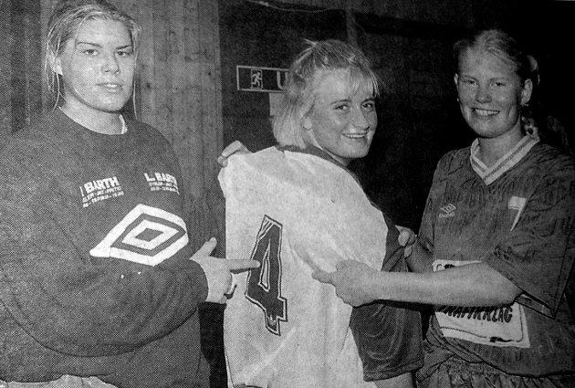 Katarina Mosseng (tv), og Gry Landsem lånte drakten til Gabrielle Haug for å vise at det ble full poengpott i helgens to kamper. Gabrielle som inntil for to år siden selv var Blest spiller, kunne ikke forhindre at gamle lagvenninner vant over hennes nye lag Kabelvåg.