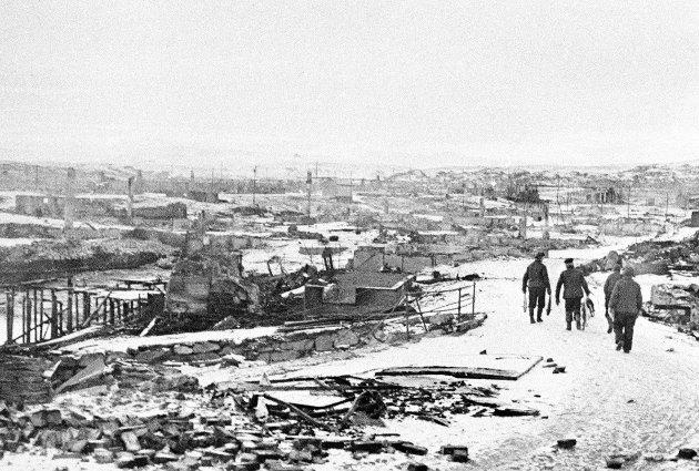 Hjemvendte beboere i Berlevåg, etter tyskernes nedbrenning og tvangsevakueringa av Finnmark og Nord-Troms.