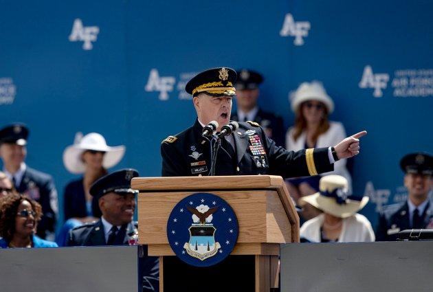 USAs høyest rangerte militære leder, general Mark Milley, taler til de uteksaminerte kadetter ved Air Force Academy 26. mai i Colorado Springs.