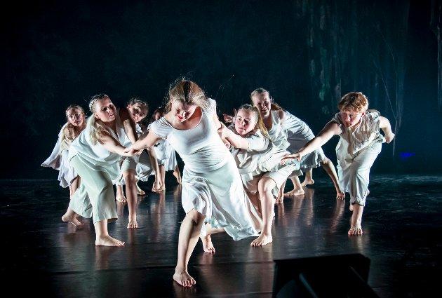RØDHETTE: Embla Bang-Kittelsen og resten av danserne ved Studio Nille gir oss en opplevelse av en forestilling.