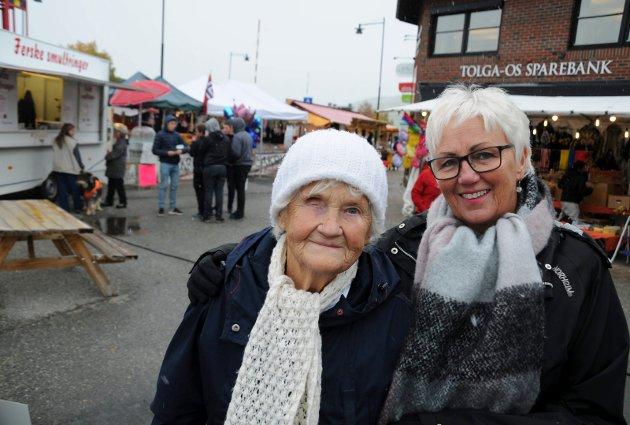 MARTNS-DEBUTANT: Solveig Trøen var på Tynsetmart`n for første gang i sitt 97-årige liv sammen med niesen Ruth-Eva Dahl.