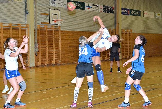 GOD SPENST: Toppscorer Sigrid Hansen beviste gang på gang både at hun skyter hardt, godt og har god spenst. En virkelig spennende spiller for framtiden er 16-åringen.